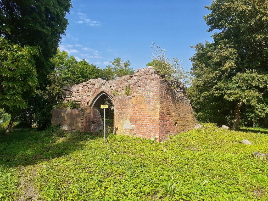 Ruiny kościoła w Strzeżenicach