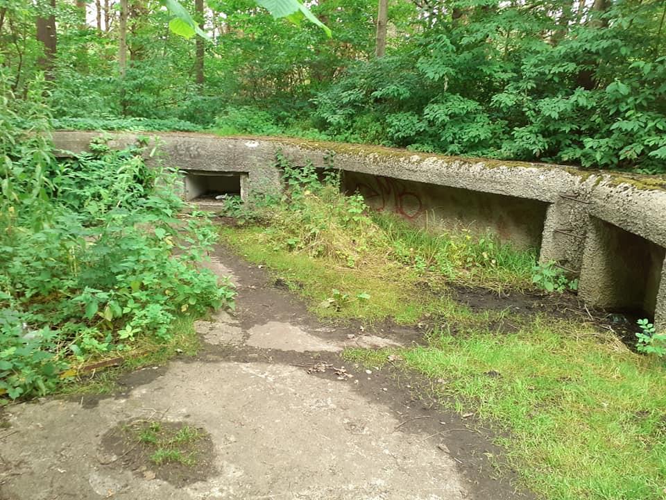 Podstawa działa - dookoła zabudowany był betonowy parapet z niszami na przechowywanie podręcznego zapasu amunicji