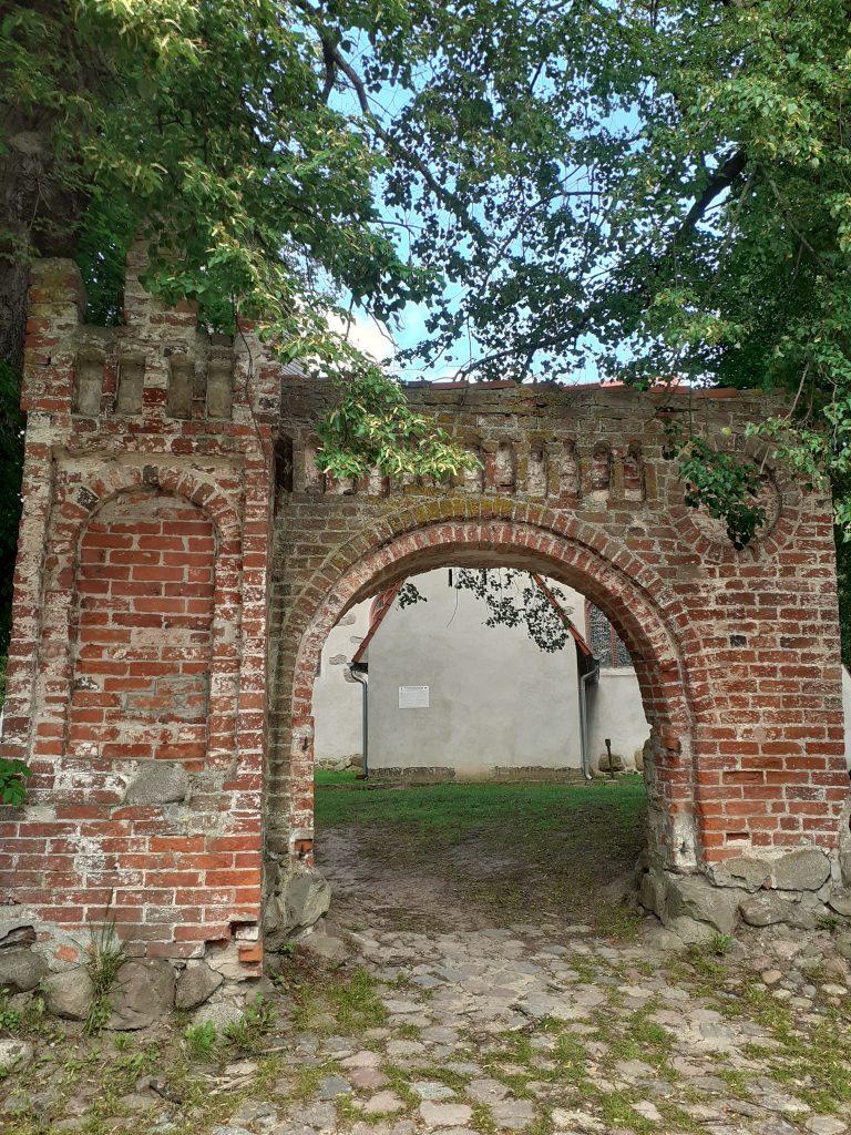 Gotycka brama w Łącku
