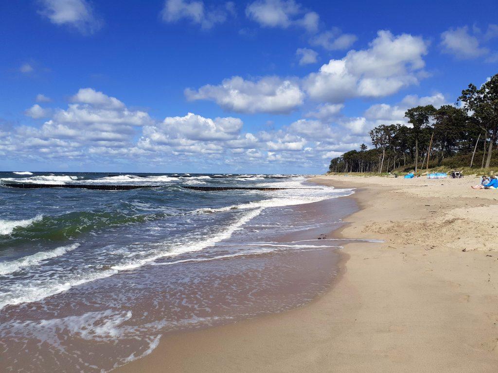 Bałtycka plaża przy jeziorze Kopań