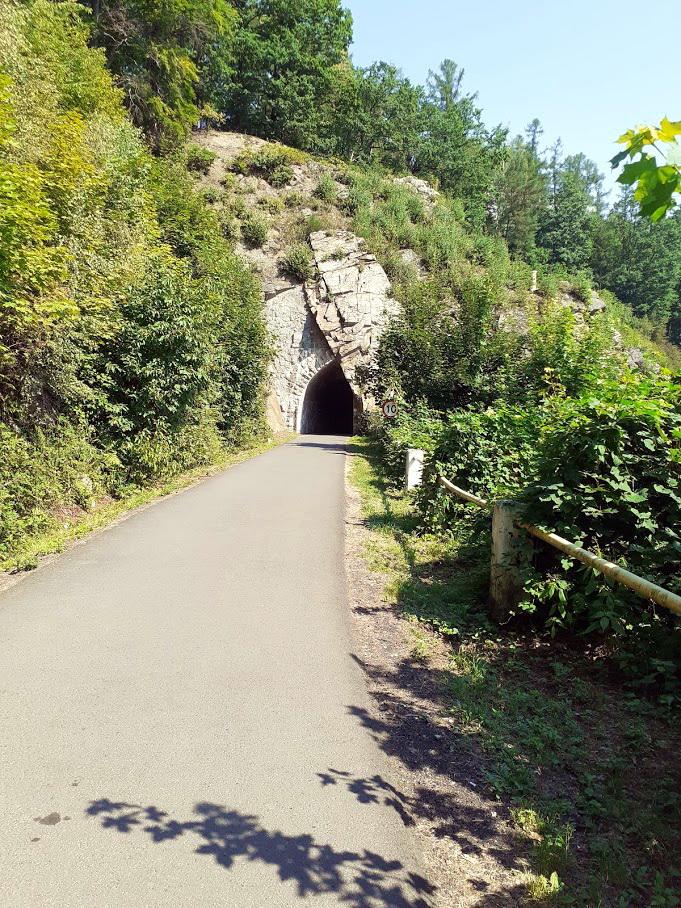 Tunel na drodze w stronę zapory