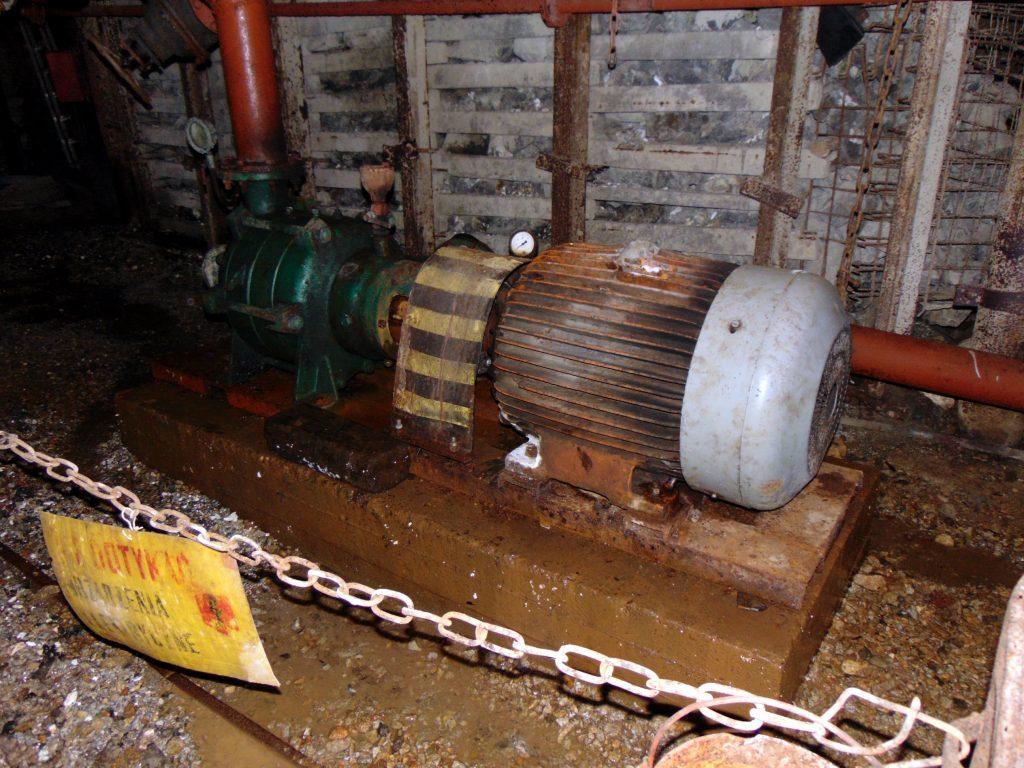 Urządzenia elektryczne w kopalnianym chodniku