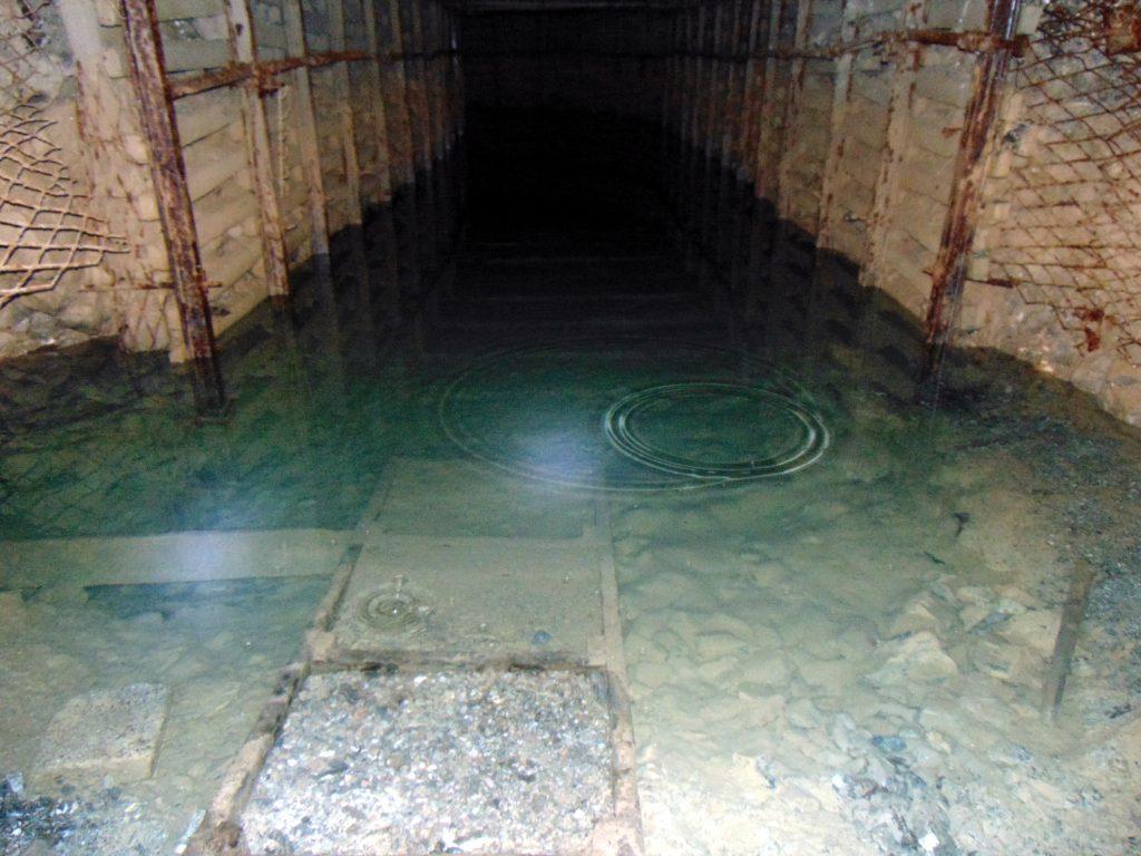 Woda mineralna na dnie chodnika