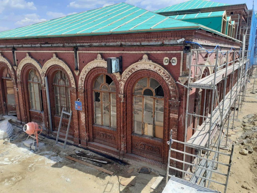 Historyczny dworzec w Węglińcu podczas rewitalizacji (5.06.2021)