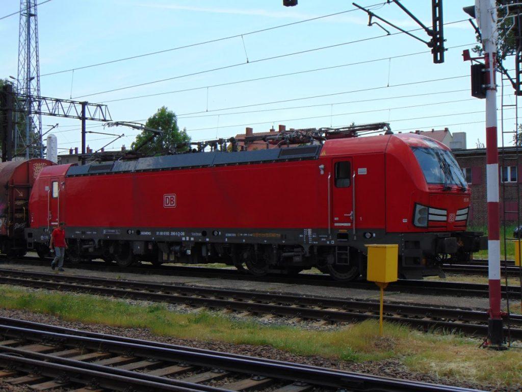 Skład prowadzony przez lokomotywę DB
