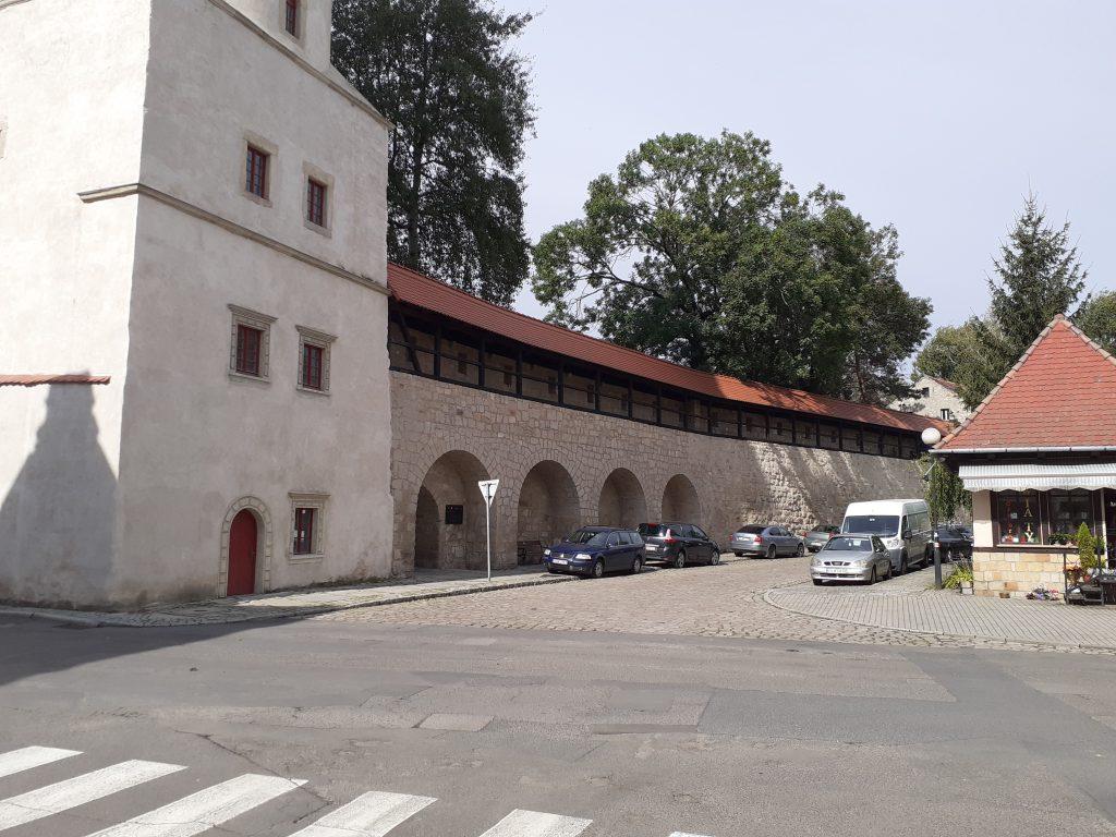 Mur wzdłuż ul. Kościelnej, z lewej fragment Baszty Bramy Lubańskiej